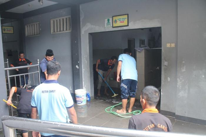 Petugas dan WBP membersihkan area tempat wudhu | Dokpri