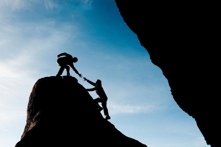 Kepemimpinan adalah tentang melayani orang lain (Ilustrasi gambar: aspirekc.com)