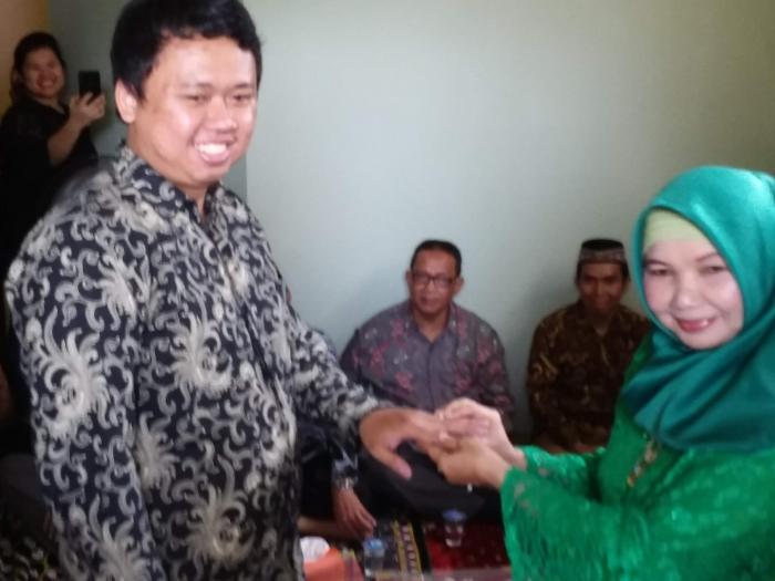 Abid pun meneria cincin lamaran dari calon ibu mertua. Foto | Dokpri