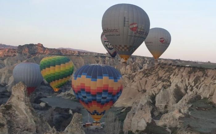 Balon yang terbang hanya beberapa meter di atas pilar-pilar batu (Koleksi pribadi)