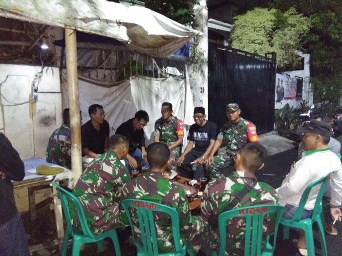 Babinsa Koramil 03/GP dan Menarhanud 1/Falatehan sedang koordinasi dengan Ketua & Pengurus RT004/RW06 Kelurahan Kemanggisan