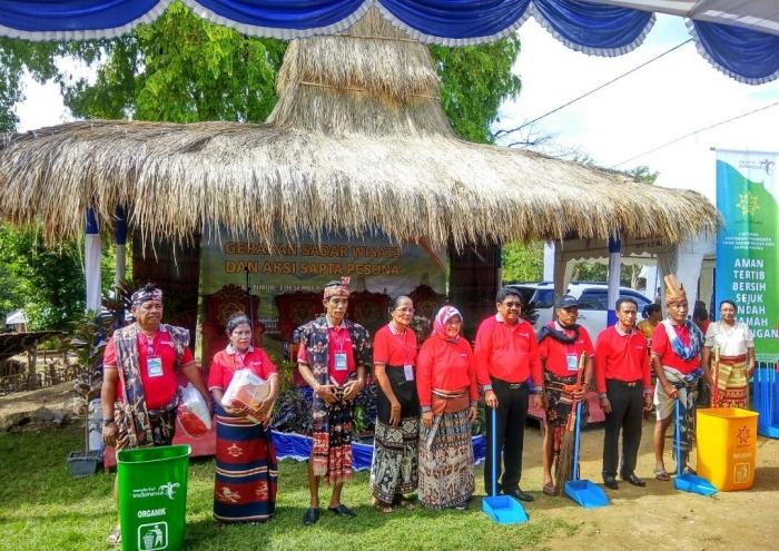 Foto : Bapak Wakil Bupati Sumba Timur dan Ibu Deputi Destinasi Pariwisata RI bersama Bapak Raja dan Mama Raja Prailiu