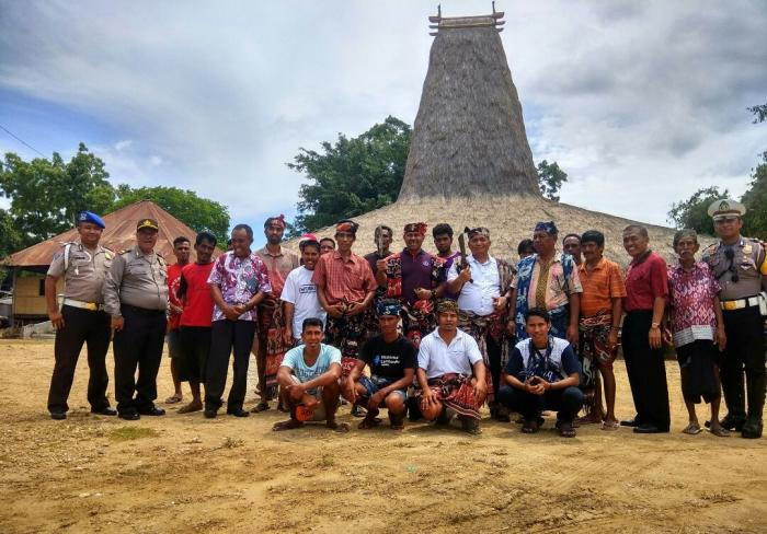Foto : kunjungan Wakapolda NTT di Kampung Adat Prailiu