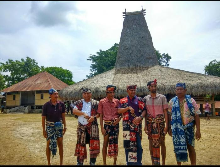 Foto : Bapak Raja Prailiu foto bersama dengan Bapak Wakapolda NTT dan Kapolres Sumba Timur