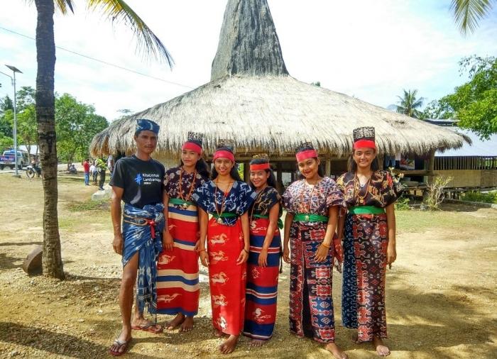 Foto : Para Penari dari kampung adat prailiu