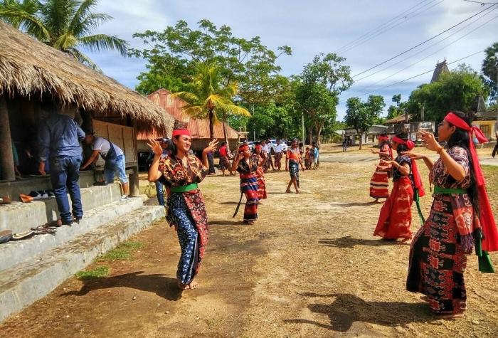 Foto : Tarian Kandingang yang dipersembahkan oleh Rambu-rambu (sebutan untuk Perempuan sumba Timur) Cantik di Kampung Prailiu saat menyambut Tamu