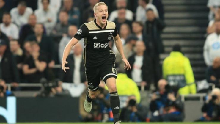 Selebrasi Donny Van de Beek ketika mencetak goal ke gawang spurs. sumber : indosport