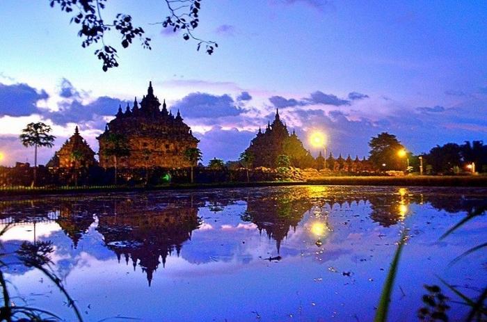 pemandangan indah Candi Plaosan seperti ini bisa dinikmati peserta Mandiri Jogja Marathon (sumber foto: wikimedia.org/Tiwuk Suwantini