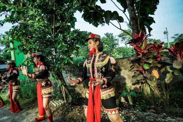 pertunjukan kesenian tradisional di beberapa titik rute lomba menjadi hiburan istimewa (sumber foto: mandirimarathon.com/gallery)