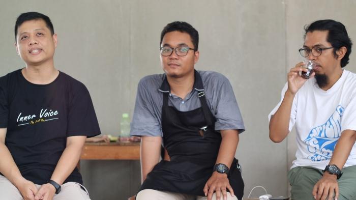 Kika: Setiadi, Bayu dan Dzul saat berbincang sharing enterpreneurship di Ludens Cafe