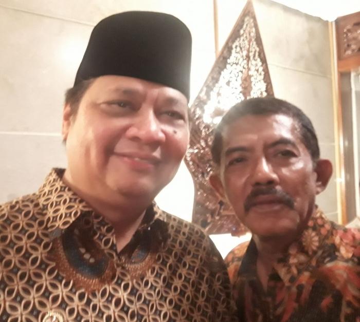 Ilustrasi: Penulis bersama Menteri Airlangga pada acara bukber di Rujab Menperind Widya Candra III/6 Jakarta Selatan (9/05). Sumber: Pribadi