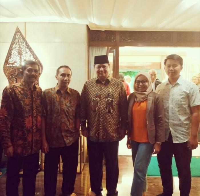 Ilustrasi: Pengurus Adupi bersama Menperind Airlangga di Rujab Menperind Widya Candra III/6 Jakarta Selatan (9/05). Sumber: Pribadi