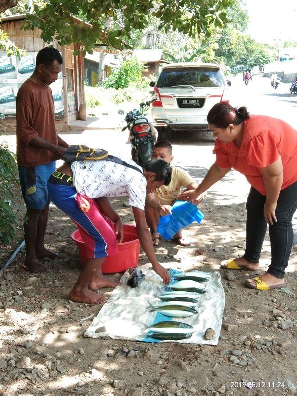 Nelayan menjajakan ikan tangkapannya di pinggir jalan utama Larantuka - Maumere - dokpri