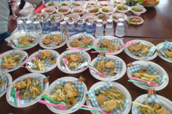 Ayam goreng dan kentang goreng juga enak dijadikan teman nasi saat santap sahur. Foto : James P Pardede