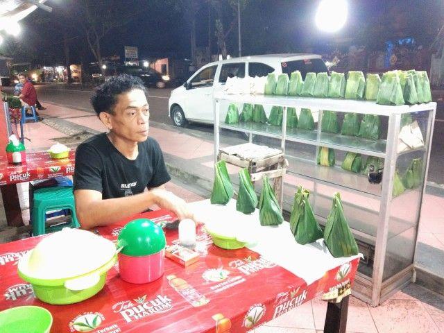 Ansar menjual songkolo bagadang dan kanre santang dengan harga relatif murah untuk menu santap sahur/Dokpri