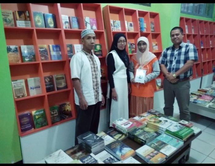 Dalam nuansa bulan suci, penulis diterima di gudang buku UIN Press oleh punggawa program seribu buku
