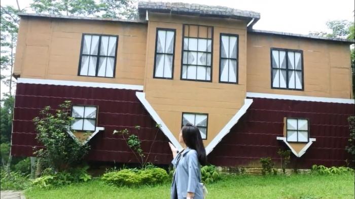 Rumah terbalik, salah satu spot foto di Bogor Mini Zoo