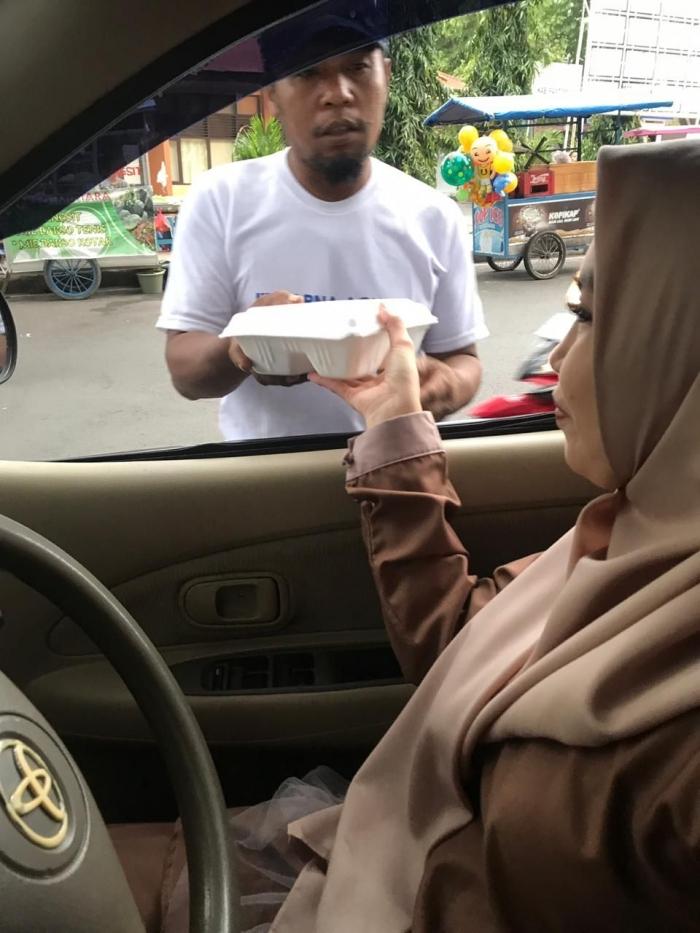 1. Sekretaris Dekranasda Bantaeng, Kartika Eka Putri saat membagikan Takjil ke Tukang Becak.