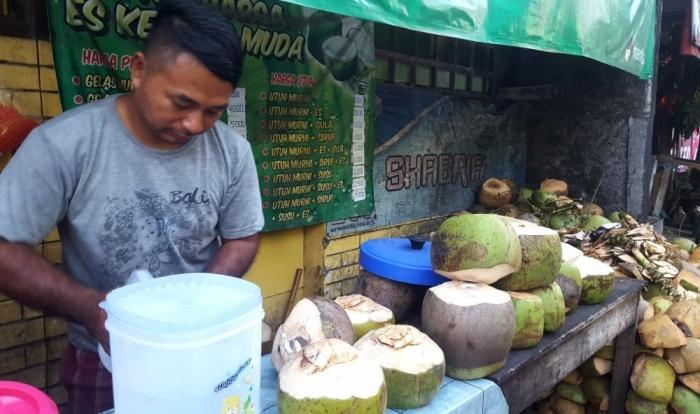 Wawan, penjual es kelapa meraup berkah selama puasa Ramadan (dok. pri).