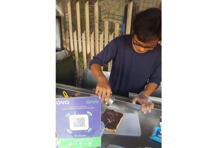 Alif menyiapkan roti bakar coklat pesanan saya pada Minggu (19/5/2019) sore (dok. pri).