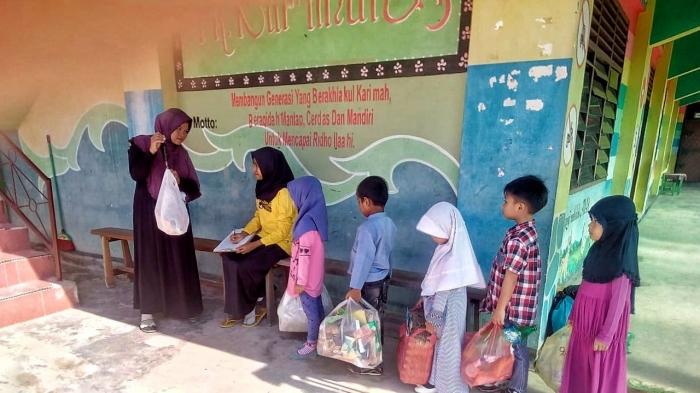 Anak TK juga menjadi sasaran program bank sampah, agar sadar dan cinta kebersihan lingkungan.