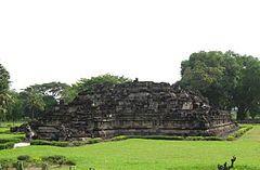 Reruntuhan Candi Bubrah (Wikipedia)