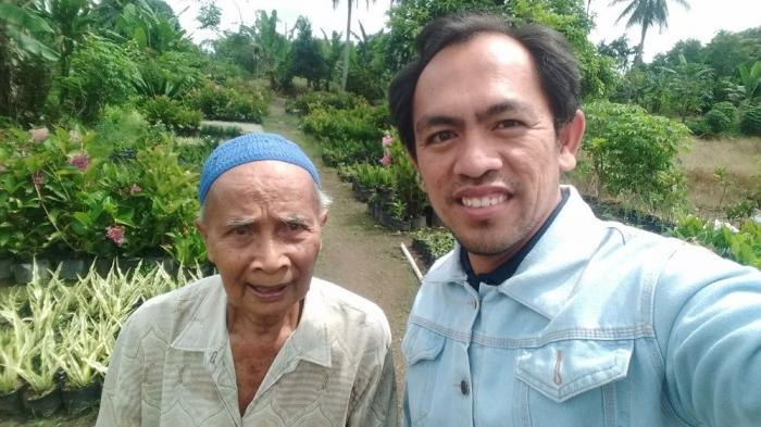 Bapak Dian dan Aku di lokasi jual bunga (dokpri)