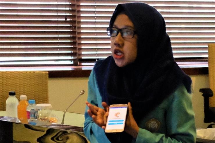 Ratih Rachmatika, Mahasiswi Teknik Elektro Universitas Sebelas Maret (UNS) Solo sedang mempresentasikan aplikasi PERFECT yang ia ciptakan untuk membatu petani menentukan waktu panen buah secara akurat | Dokumentasi Pribadi