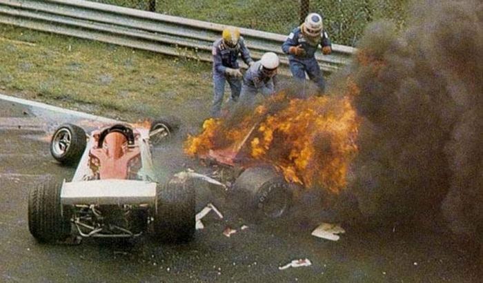Niki Lauda bersama mobilnya yang terbakarhttps://www.formula1.com