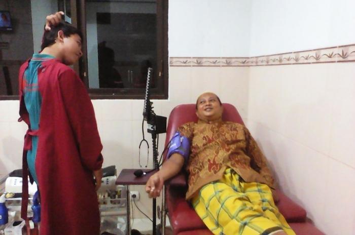 Donor darah pun tetap trnedi pakai sarung. (dok. pribadi)