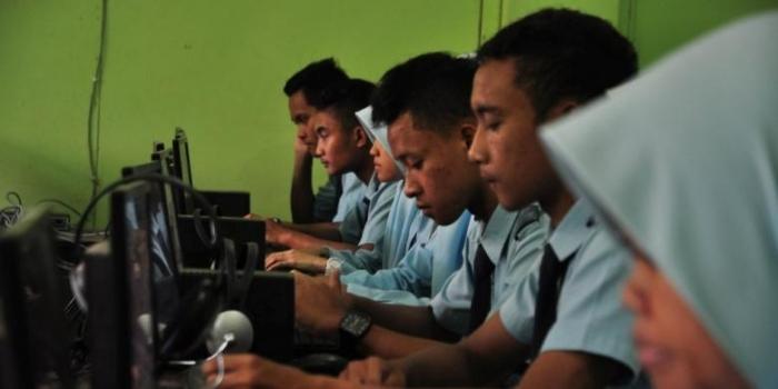 Siswa kelas XII SMK NU Ungaran, Kabupaten Semarang, Rabu (30/3/2016) tengah melakukan simulasi ujian nasional berbasis komputer (UNBK).(Kompas.com/ Syahrul Munir)