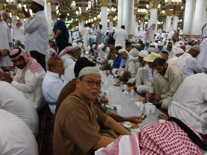 Sambil menanti buka puasa bersama, kami sempat diskusi tentang jangkrik di Masjid Nabawi, Madinah. Foto | Dokpri