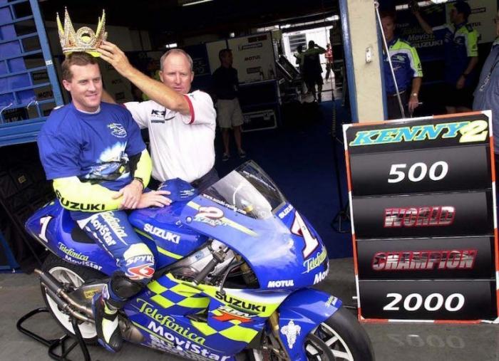 Kenny Roberts, Sr menyematkan mahkota ke kepala Kenny Roberts, Jr selepas memenangi musim balap 2000 | Foto. amcn.co.au