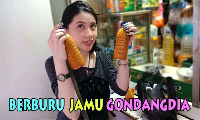 Lisa Moningka, dengan jamu kunyit yang dibelinya di Pasar Jaya Gondangdia. (Foto Ganendra)