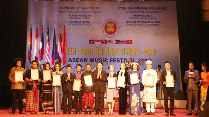 Para penerima penghargaan di atas panggung pada saat acara penutupan. Foto: MoCST Vietnam