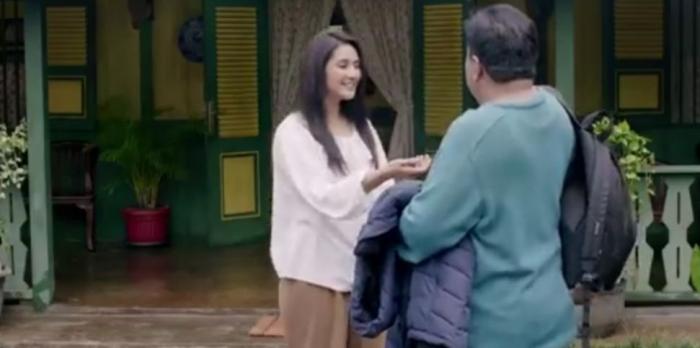 Zaenab sedih melihat suaminya yang seperti menyembunyikan sesuatu. Suaminya tak mau dibawakan tasnya | Dokumen: Karnos Film/Falcon Pictures