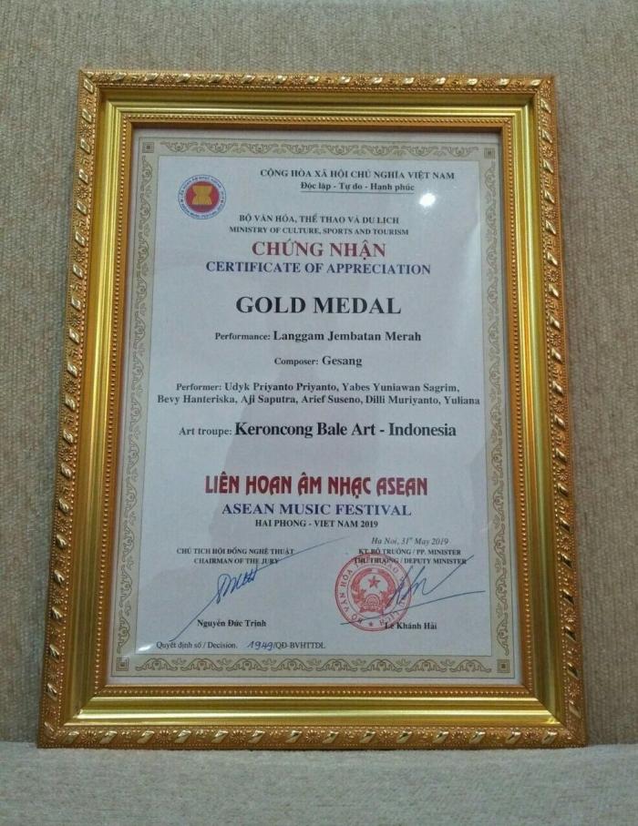 Piagan Penghargaan Gold Medal yang diterima oleh Indonesia. Foto: Kemdikbud.