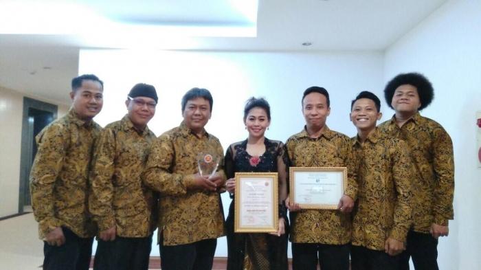Grup Indonesia berfoto dengan penghargaan yang diraih di ASEAN Music Festival 2019. Foto: Kemdikbud.