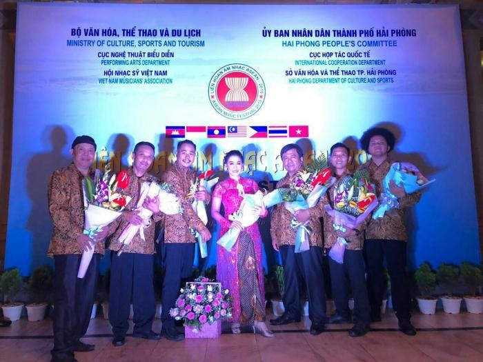 Grup Indonesia tampil memperkenalkan musik keroncong ke publik Vietnam. Foto: Kemdikbud.