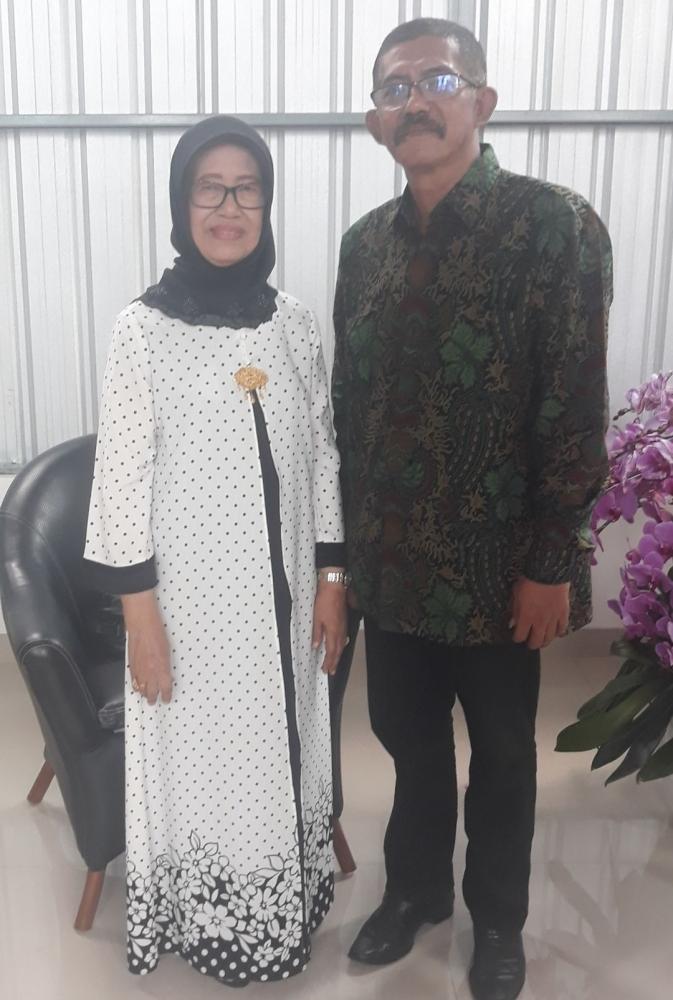 Ilustrasi: Penulis bersama Ibunda Presiden Joko Widodo, Ibu Sudjiatmi Notomiharjo.(06/06). Sumber: Pribadi.