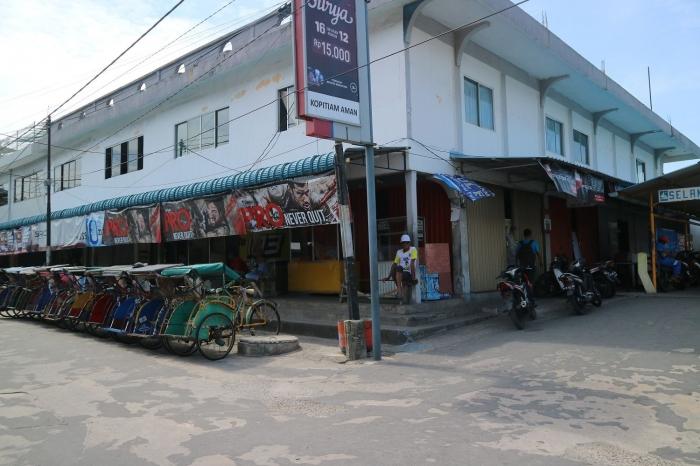 Becak dan motor yang menjadi andalan transportasi di Belakangpadang. | Dokumentasi Pribadi