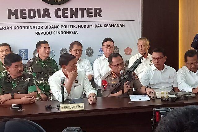 Kapolri Jenderal Tito Karnavian saat menunjukan senjata api berjenis M4 di kantor Kemenkopolhukam, Jalan Medan Merdeka Barat, Jakarta Pusat, Rabu (22/5). (Muhammad Ridwan/ JawaPos.com)