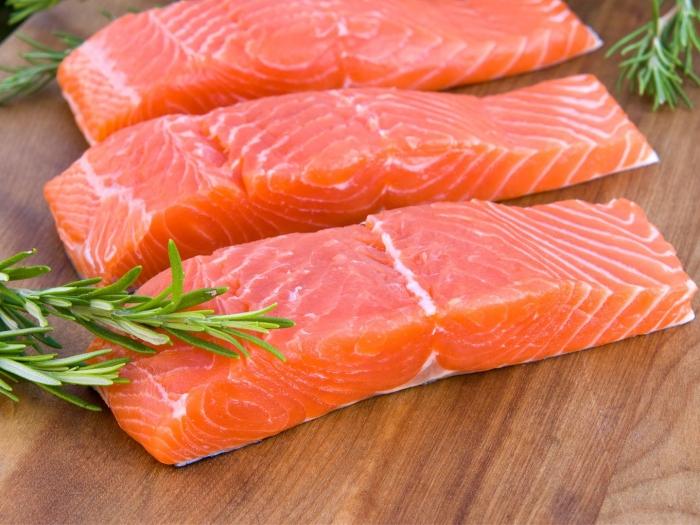 Perbandingan warna ikan Salmon segar, adalah warna orange nya cerah dan terang, serta warna orange yang agak gelap, dan sedikit 'keras'. (www.drweil.com)