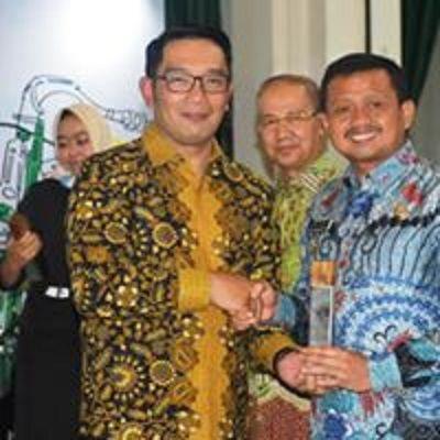 Keterangan Foto : Bupati Sumedang H. Dony Ahmad Munir, Menerima Penghargaan dari Gubernur Jawa Barat, sebagai Kabupaten Terkreatif (FB Dony Ahmad Munir :2019