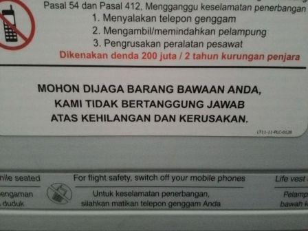 Aturan larangan ponsel dalam pesawat (sumber: hipwee.com)