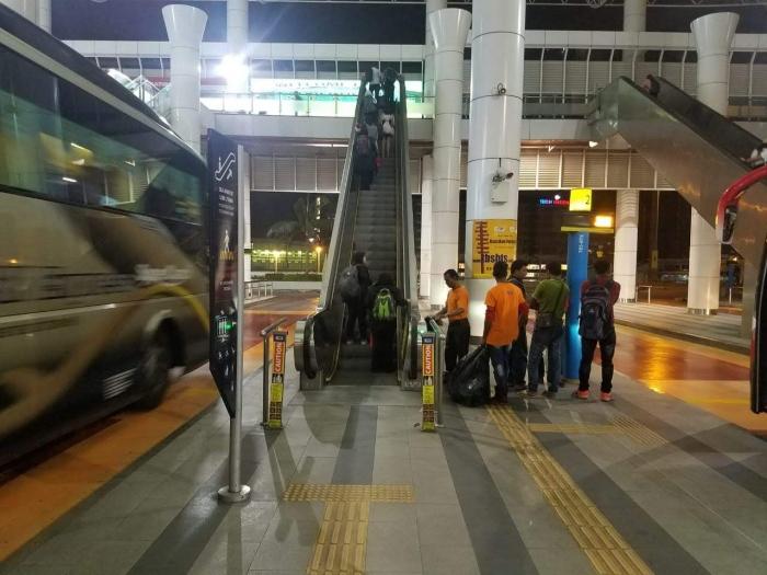Penumpang tertib menggunakan eskalator. Foto | Dokpri