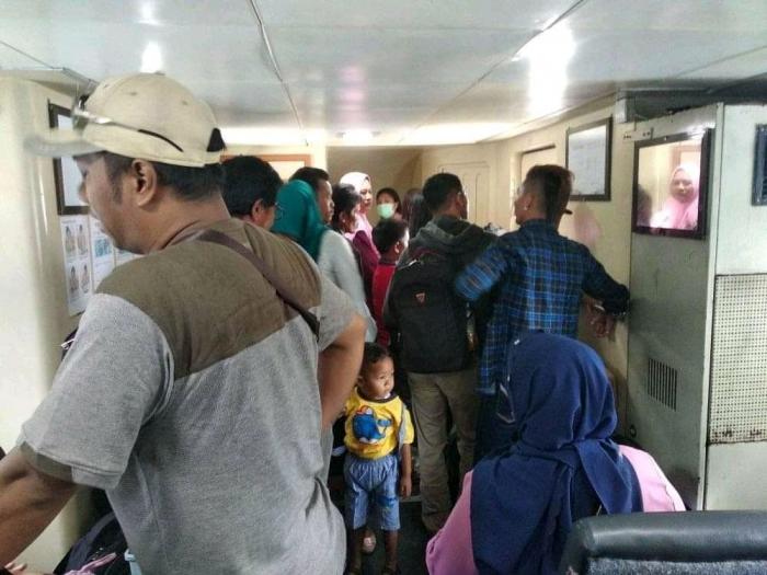 Penumpang tidak dapat kursi, sehingga berdiri di dalam Kapal MV Lingga Permai. (F-Ihsan/Kompasiana)