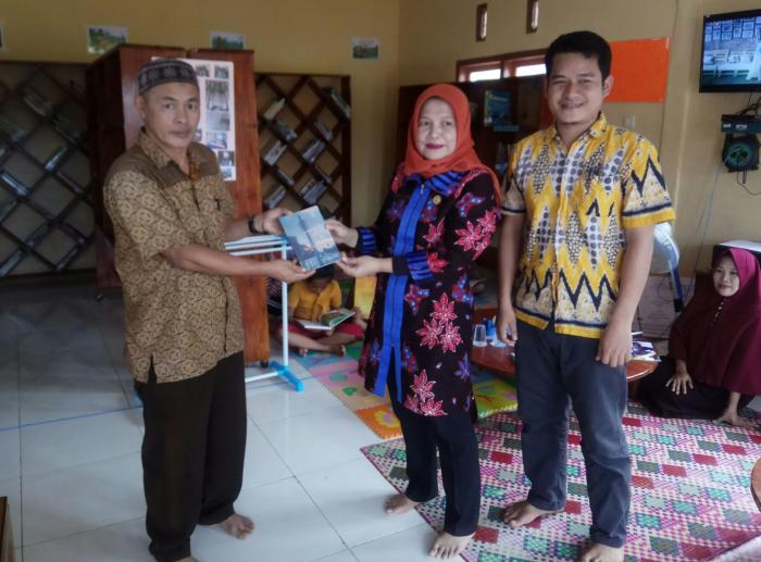 Tak lupa berbagi buku di perpustakaan desa Kapuk (dokpri)