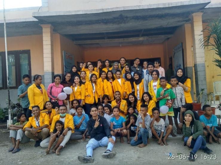 Foto: Mahasiswa Prodi Administrasi Negara-FISIP UNDANA dan anak-anak Panti Asuhan Katolik Yayasan Sonaf Maneka