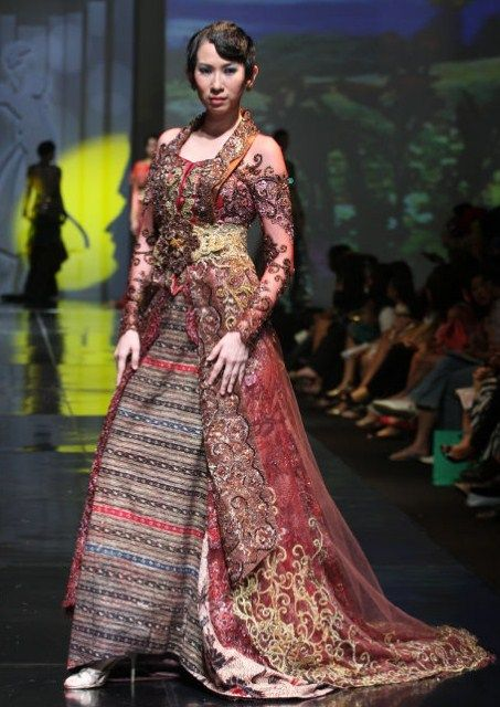Koleksi Gaun Pesta Kebaya Brokat Desainer Anne Avantie Paling Hits